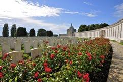 Tyne Cot Commonwealth Cemetery y monumento foto de archivo libre de regalías