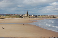 Tynemouth Longsands4. St George's church with Tynemouth Longsands in the foreground Stock Images