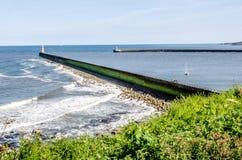 Tynemouthhaven en blauwe overzees, Engeland Royalty-vrije Stock Afbeeldingen