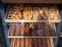 Typ chleb na Bakehouse półce zdjęcia stock