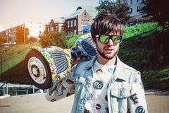 type à la mode avec le scooter de compas gyroscopique Photo libre de droits