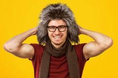 Type à la mode dans le chapeau velu image stock