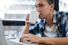 Type énergique responsable appréciant le café de matin photos libres de droits
