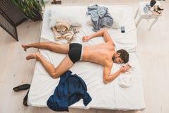 Type épuisé faisant une sieste après jour assidu images libres de droits