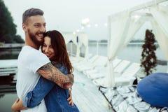 Type étreignant sa femme photos libres de droits