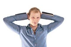 Type adulte dans un isolat bleu de chemise rayée Photos stock