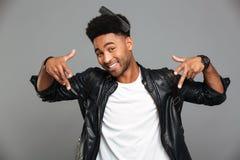 Type afro-américain drôle avec le peigne dans ses cheveux montrant le signe urbain image stock