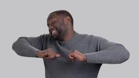Type afro-américain joyeux sur le fond gris banque de vidéos