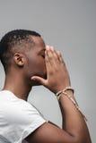Type afro-américain triste Rêves échoués, espoirs écrasés Images libres de droits