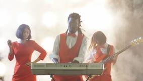 Type Afro impressionnant jouant le clavier musical banque de vidéos