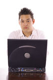 Type asiatique envoyant un email Image stock