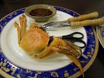 Type asiatique servi par crabe photos libres de droits