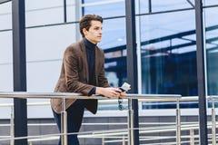 type attirant élégant dans la veste avec le passeport et les billets Images stock