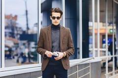 type attirant élégant dans la veste avec le passeport et les billets Photographie stock