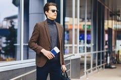 type attirant élégant dans la veste avec le passeport et les billets Photos libres de droits