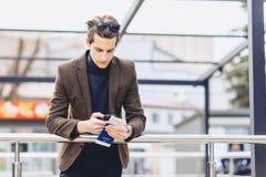 type attirant élégant dans la veste avec le passeport et les billets Photo stock