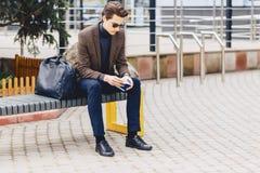 type attirant élégant dans la veste avec le passeport et les billets Image libre de droits