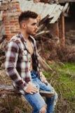 Type attirant avec l'apparence ouverte de chemise de plaid son coffre Images stock