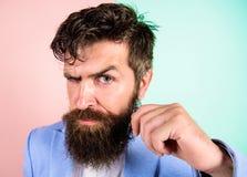 Type attirant beau de hippie avec la longue barbe Guide de toilettage de moustache finale Astuces de coiffeur élevant la moustach image libre de droits