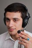 Type attirant dans des écouteurs Photographie stock
