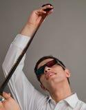 Type attirant dans des oculaires 3D avec un film Photographie stock