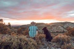 Type au coucher du soleil avec son chien Concept de l'amour entre l'homme et le chien Photo libre de droits