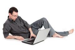 Type avec l'ordinateur portatif d'isolement sur un fond blanc Photo libre de droits