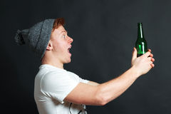 Type avec la bouteille à bière Photographie stock libre de droits