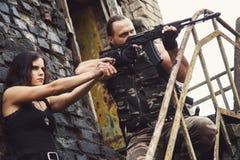 Type avec la fille sur un champ de bataille Photographie stock