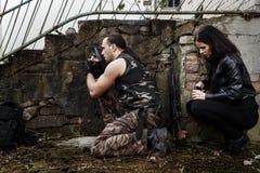 Type avec la fille sur un champ de bataille Photographie stock libre de droits