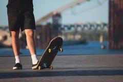 Type avec la planche à roulettes extérieure Image libre de droits