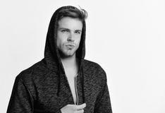 Type avec le visage sérieux d'isolement sur le fond blanc L'homme utilise le chandail ou le hoodie gris-foncé Mode et sport Photographie stock libre de droits