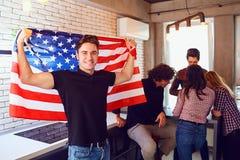 Type avec un beau sourire avec le drapeau de l'Amérique à l'intérieur Image libre de droits