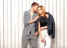 Type avec une fille posant dans le studio près de la fenêtre, étable de Vogue Photo libre de droits