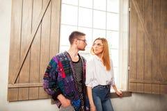 Type avec une fille posant dans le studio près de la fenêtre, étable de Vogue Image libre de droits