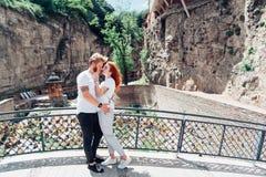 Type avec une fille se tenant sur le pont Photographie stock libre de droits