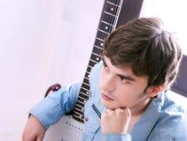 type avec une guitare Photo stock