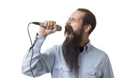 Type avec une longue barbe avec un microphone, d'isolement photo libre de droits