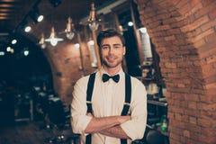 Type barbu de jeune brune attrayante dans un salon de coiffure, se tenant photos libres de droits