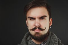 Type beau avec la barbe dans le pull de laine Photographie stock libre de droits