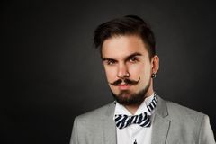 Type beau avec la barbe et moustache dans le costume Photos stock