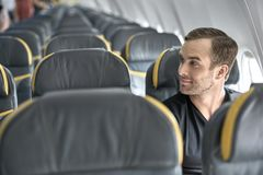 Type beau dans l'avion images stock