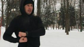 Type beau et sportif pratiquant un extérieur d'art martial banque de vidéos