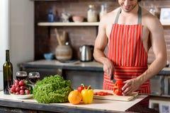 Type beau préparant la nourriture saine Photos stock