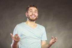 Type beau satisfait de sourire heureux d'homme Photographie stock libre de droits