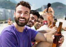 Type caucasien à la partie à la plage Photos libres de droits
