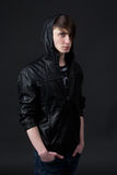 Type caucasien attirant utilisant une veste en cuir image libre de droits