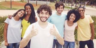 Type caucasien beau de hippie avec le groupe d'amis dans le rétro lo Images libres de droits