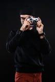 Type charismatique dans le chandail, appareil-photo de photo en verre photos stock