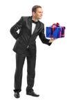 Type chic donnant un présent à quelqu'un Photographie stock